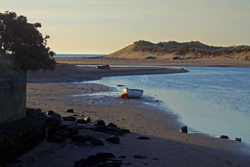 Playa de la madrugada, de Alnmouth y bahía imagen de archivo libre de regalías