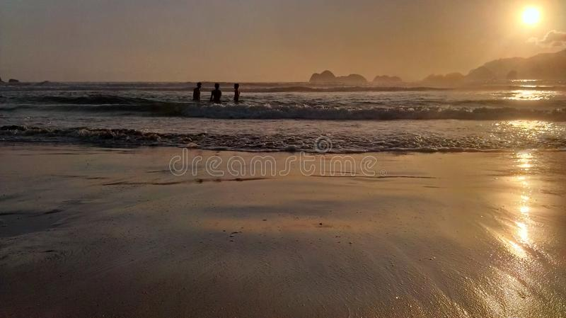 Playa de la puesta del sol foto de archivo libre de regalías