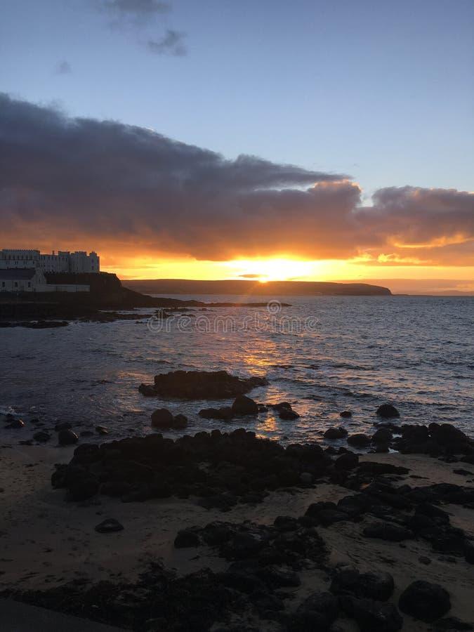 Playa de la puesta del sol de Antrim del puerto de la costa de Irlanda foto de archivo libre de regalías