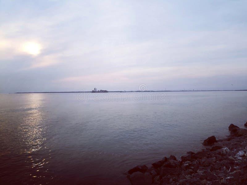 Playa de la roca en el tiempo crepuscular de la puesta del sol foto de archivo