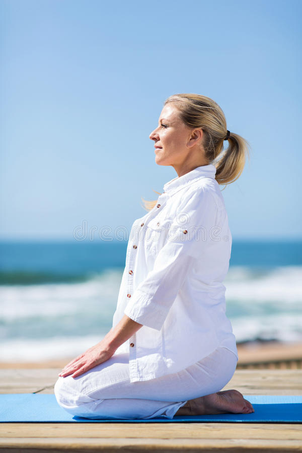 Playa de la yoga de la mujer imagenes de archivo