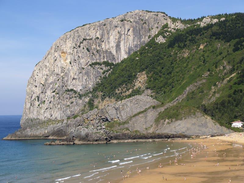 Playa de Laga y montaña de la roca de Ogoño foto de archivo libre de regalías