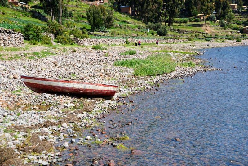 Playa de Lago Titicaca con el bote pequeño imagen de archivo libre de regalías