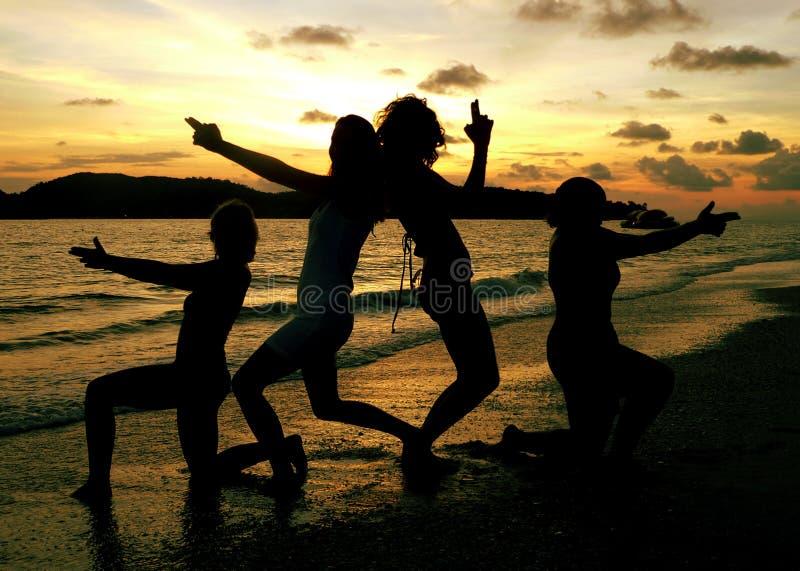 Playa de Langkawi. Presentación de las muchachas fotografía de archivo libre de regalías
