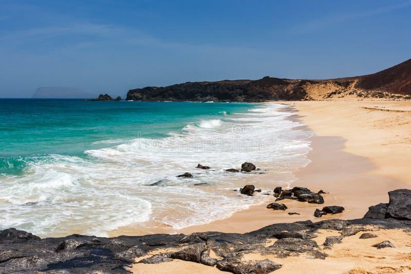 Playa de las Conchas海滩全景与蓝色海洋和白色沙子的 La Graciosa,兰萨罗特岛,加那利群岛,西班牙 免版税库存图片