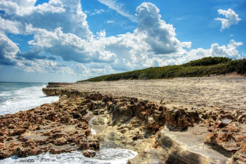 Playa de las rocas y sonido la Florida de Hobe de los cielos azules que soplan imágenes de archivo libres de regalías