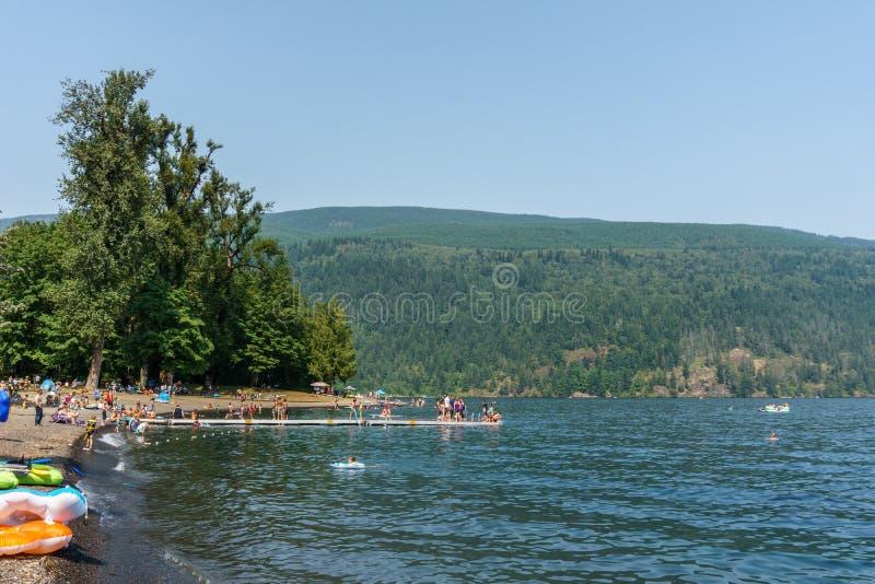 Playa de Lindell, Canadá - 28 de julio de 2018: Día soleado en el lago Cultus cerca de la Columbia Británica Canadá de Chilliwack foto de archivo