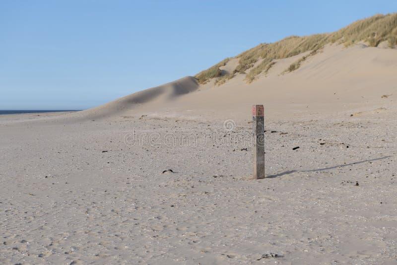 Playa de Mar del Norte en la isla de Ameland con el polo de la playa imagen de archivo