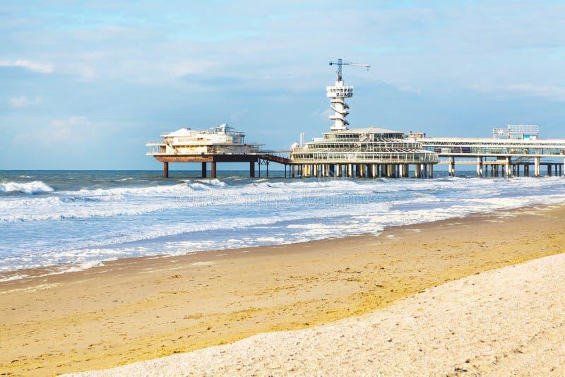 Playa de Mar del Norte y embarcadero de Scheveningen cerca de La Haya, Holanda imágenes de archivo libres de regalías