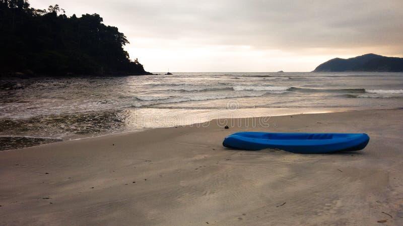 Playa de Maresias con el barco azul imagen de archivo libre de regalías
