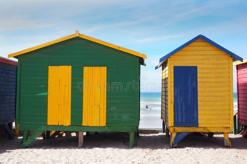 PLAYA de MUIZENBERG, CAPE TOWN, SURÁFRICA - 9 de marzo de 2018: La playa de Muizenberg es un punto común de la resaca de la mañan foto de archivo