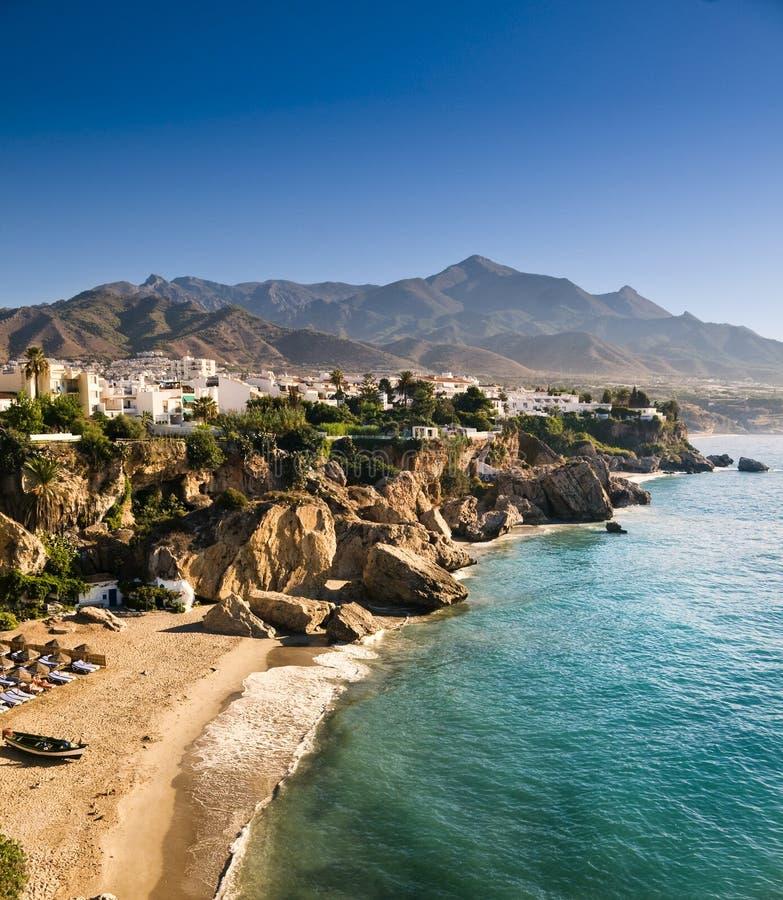 Playa de Nerja en la salida del sol en Andalucía, España imagen de archivo libre de regalías