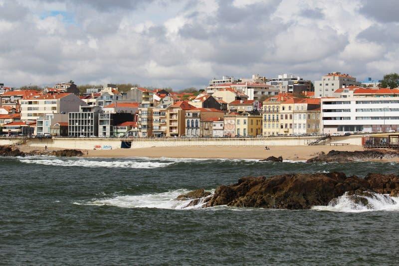 Playa de Océano Atlántico en Oporto, Portugal foto de archivo
