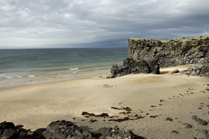 Playa de oro en Skardsvik, Islandia fotos de archivo libres de regalías