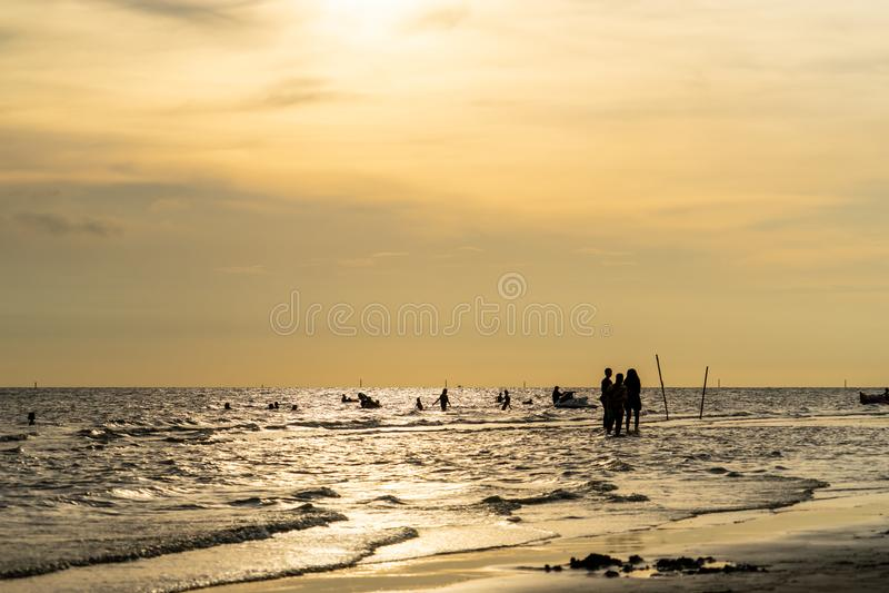 Playa de oro de la puesta del sol con la silueta de la familia fotos de archivo libres de regalías