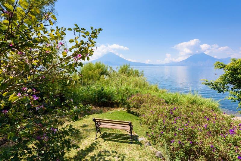 Playa de Paradise en el lago Atitlan, Panajachel - relajándose y reconstrucción en la playa con paisaje del paisaje del vulcano e imagen de archivo libre de regalías