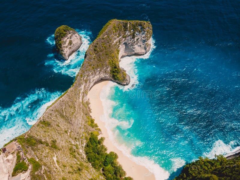 Playa de Paradise Kelingking en la isla de Nusa Penida Opinión aérea del abejón fotografía de archivo