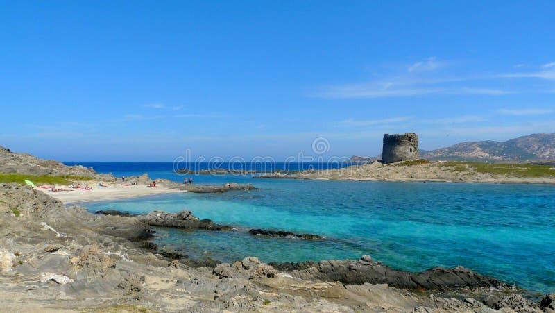 Playa de Pelosa en Cerdeña, Italia imagenes de archivo