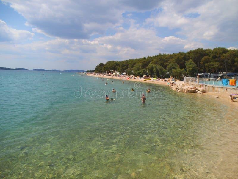 Playa de piedra en Sibenik en un día de verano imagenes de archivo