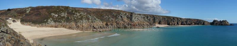 Playa de Porthcurno de la visión panorámica a la roca de Logan. fotos de archivo libres de regalías