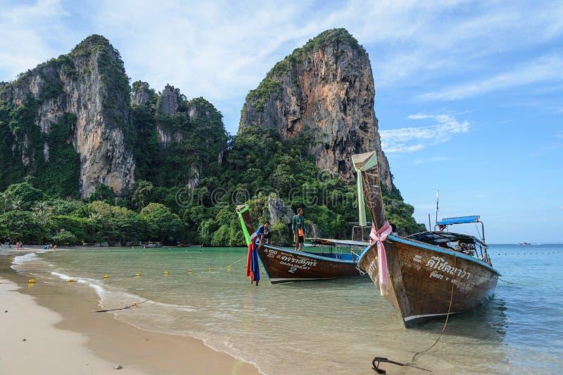 Playa de Railay: Barcos de la cola larga en el mar de Andaman, Krabi, Tailandia foto de archivo