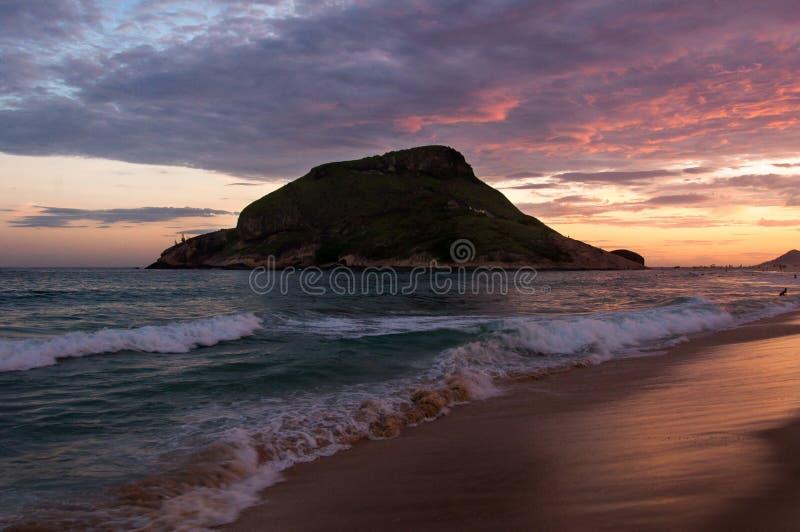 Playa de Recreio por puesta del sol fotos de archivo