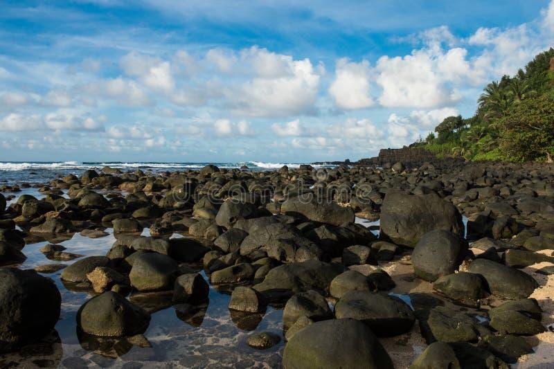 Playa de Rocky Hawaiian imagen de archivo libre de regalías