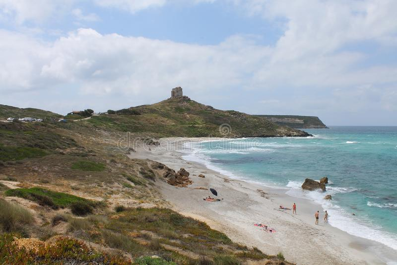 Playa de San Giovanni di Sinis y torre de San Giovanni en Cerdeña Italia imagen de archivo libre de regalías