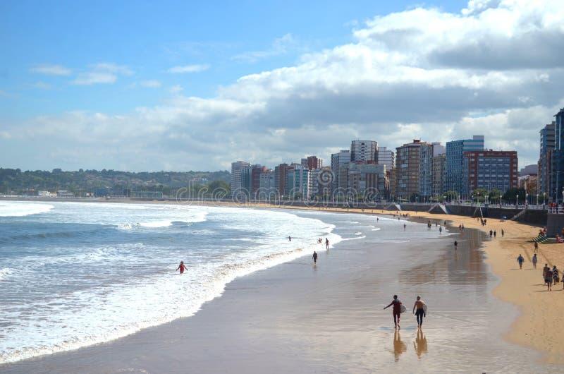 Playa de San Lorenzo en Gijón, España fotos de archivo
