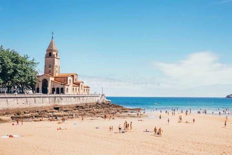 Playa de San Lorenzo, stranden av San Lorenzo på den Gijon staden royaltyfri fotografi
