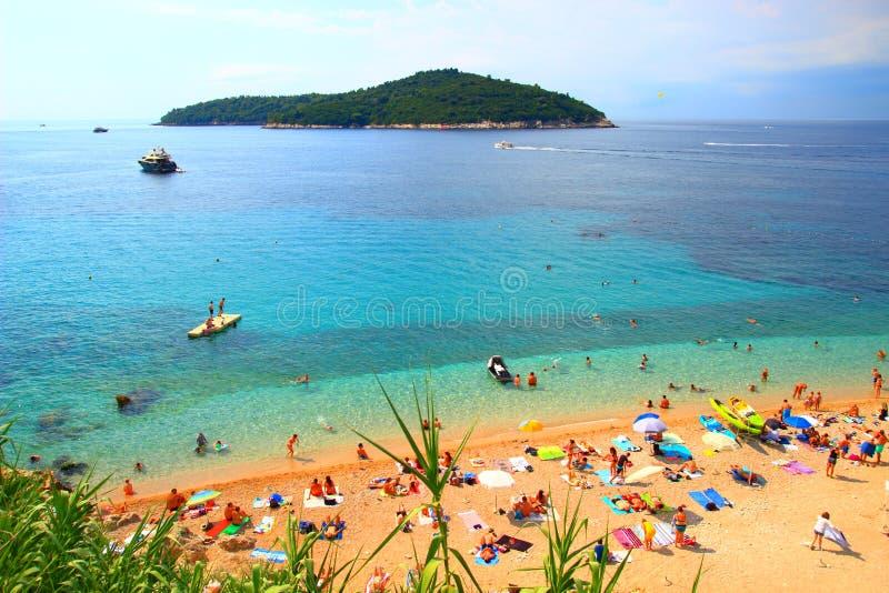 Playa de Sandy Banje, cerca del destino turístico de Dubrovnik en Croacia foto de archivo libre de regalías