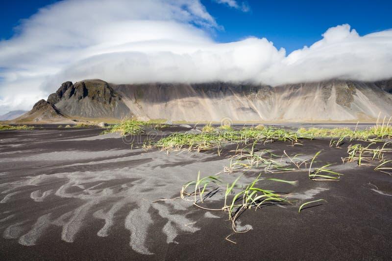 Playa de Sandy cerca de Stokksnes, Islandia del este fotos de archivo libres de regalías