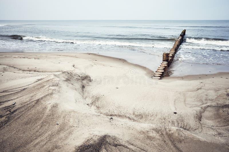 Playa de Sandy con la ingle de madera fotografía de archivo libre de regalías