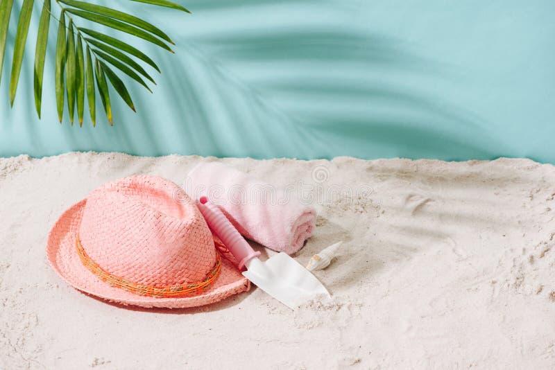 Playa de Sandy con la toalla, el sombrero y los accesorios del verano con el balneario de la copia fotos de archivo libres de regalías
