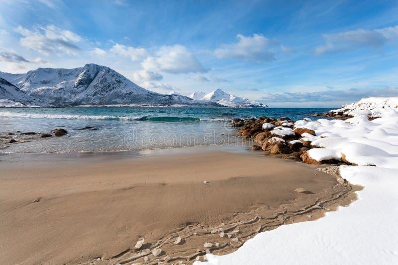 Playa de Sandy en el invierno Noruega imagen de archivo