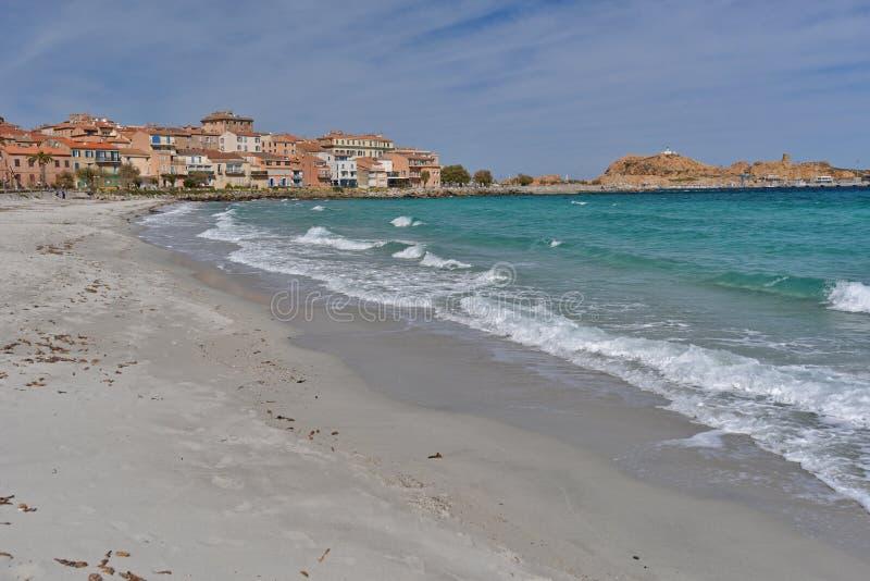 Playa de Sandy en el l& corso x27 de la ciudad; Iles-Rousse imagen de archivo libre de regalías