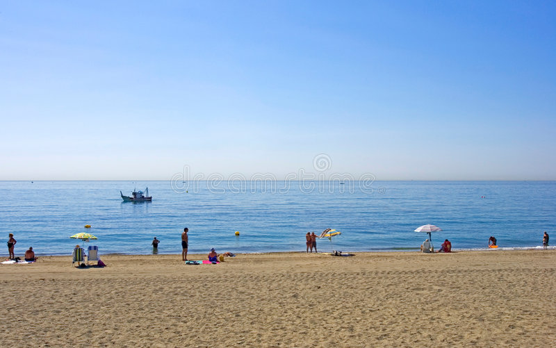 Playa de Sandy en Estepona en España meridional fotos de archivo
