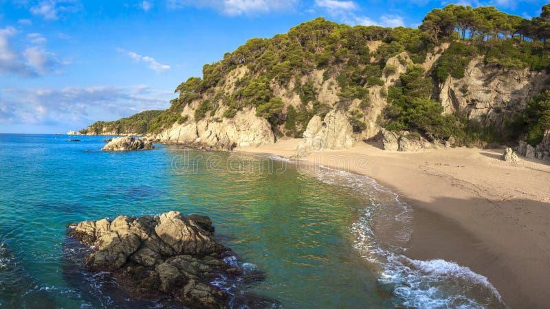 Playa de Sandy en Lloret de Mar Bahía del mar del brava de Costa Playa tropical española del centro turístico Costa pintoresca en fotos de archivo