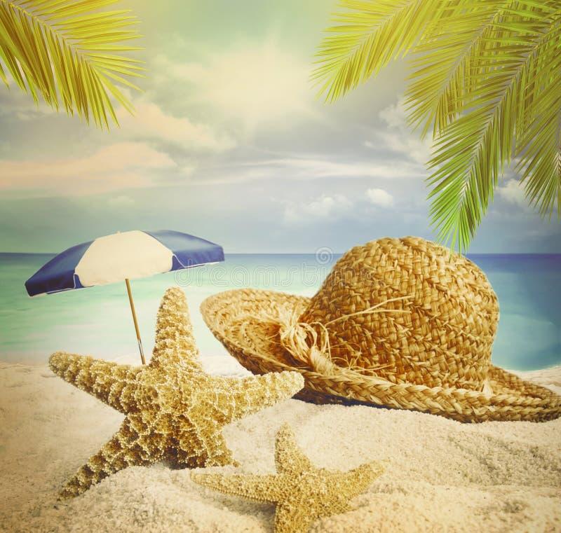 Playa de Sandy, sombrero y estrellas de mar en arena del verano imágenes de archivo libres de regalías
