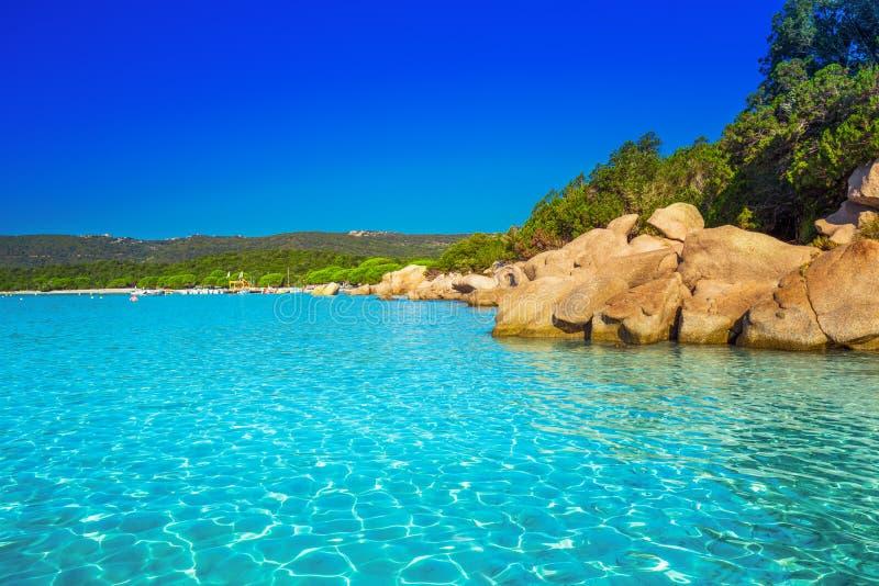 Playa de Santa Giulia con agua clara azul, Córcega, Francia imagen de archivo libre de regalías