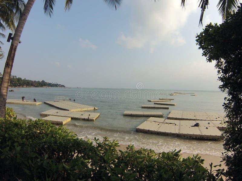 playa de Tailandia del samui del ko con los diques flotantes en el agua fotos de archivo libres de regalías