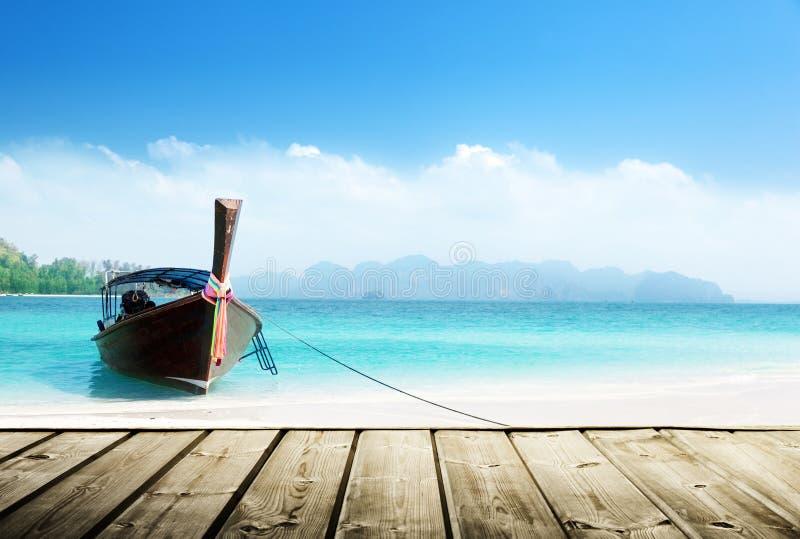 Playa de Tailandia y embarcadero de madera foto de archivo libre de regalías