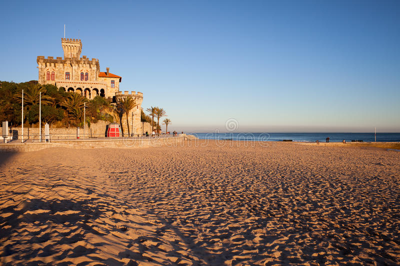 Playa de Tamariz en la puesta del sol en Estoril fotos de archivo