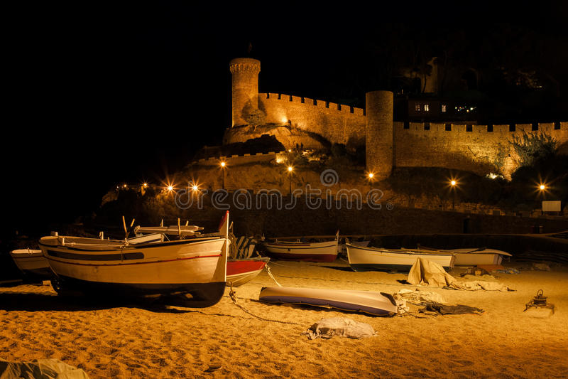 Playa de Tossa de Mar y ciudad vieja en la noche imagen de archivo
