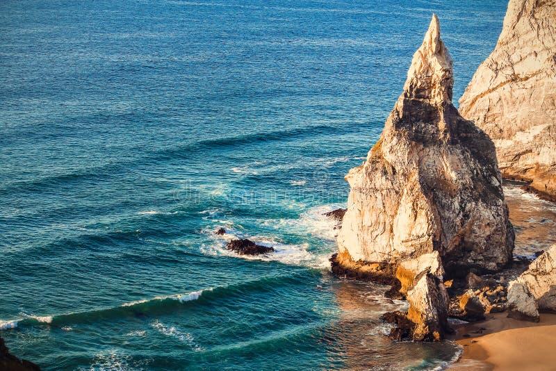 Playa de Ursa, una playa en Cascais fotos de archivo