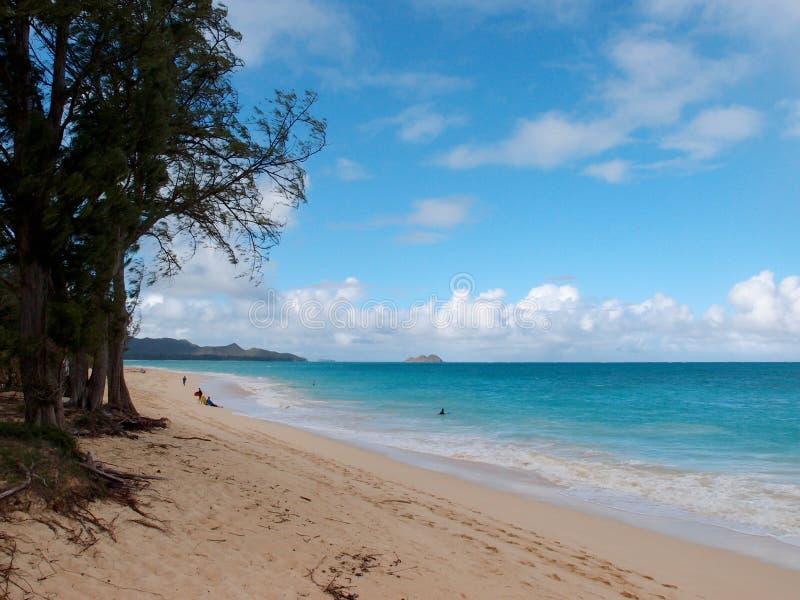 Playa de Waimanalo que mira hacia las islas de Mokulua imagenes de archivo