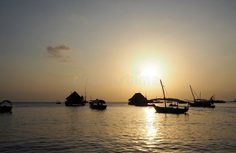 Playa de Zanzíbar en la puesta del sol fotos de archivo