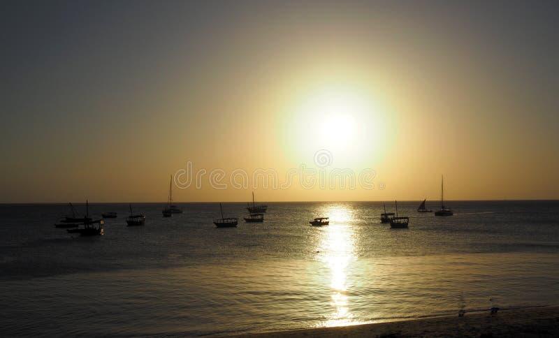 Playa de Zanzíbar en la puesta del sol fotografía de archivo