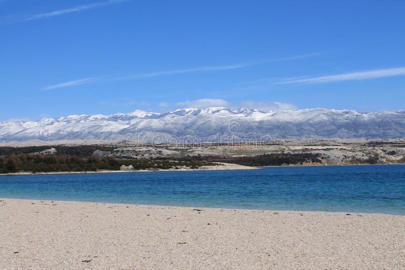 Playa debajo de la montaña imagen de archivo
