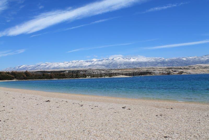Playa debajo de la montaña foto de archivo